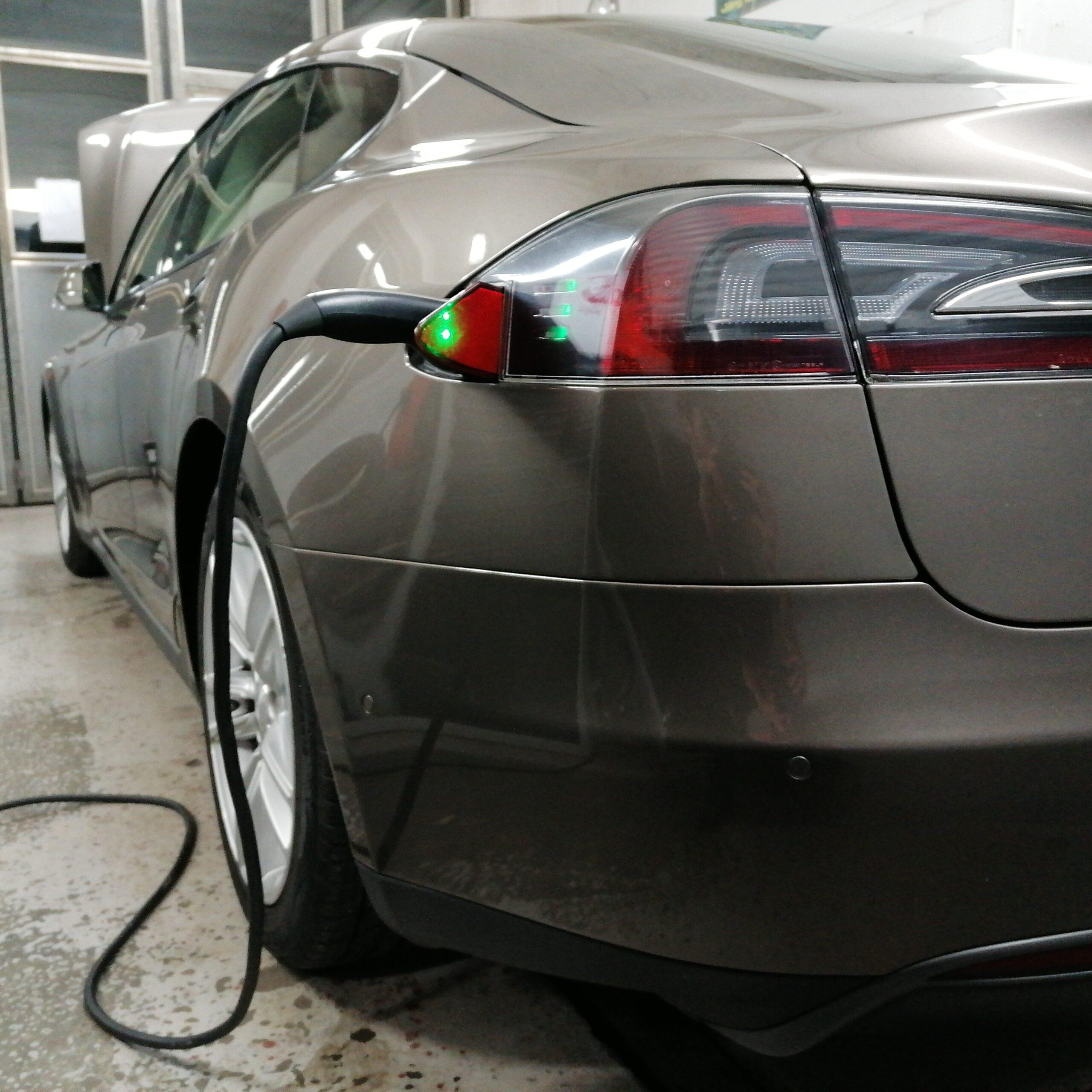 Schäden an deinem Elektro- oder Hybridfahrzeug reparieren wir im Handumdrehen schnell und professionell.