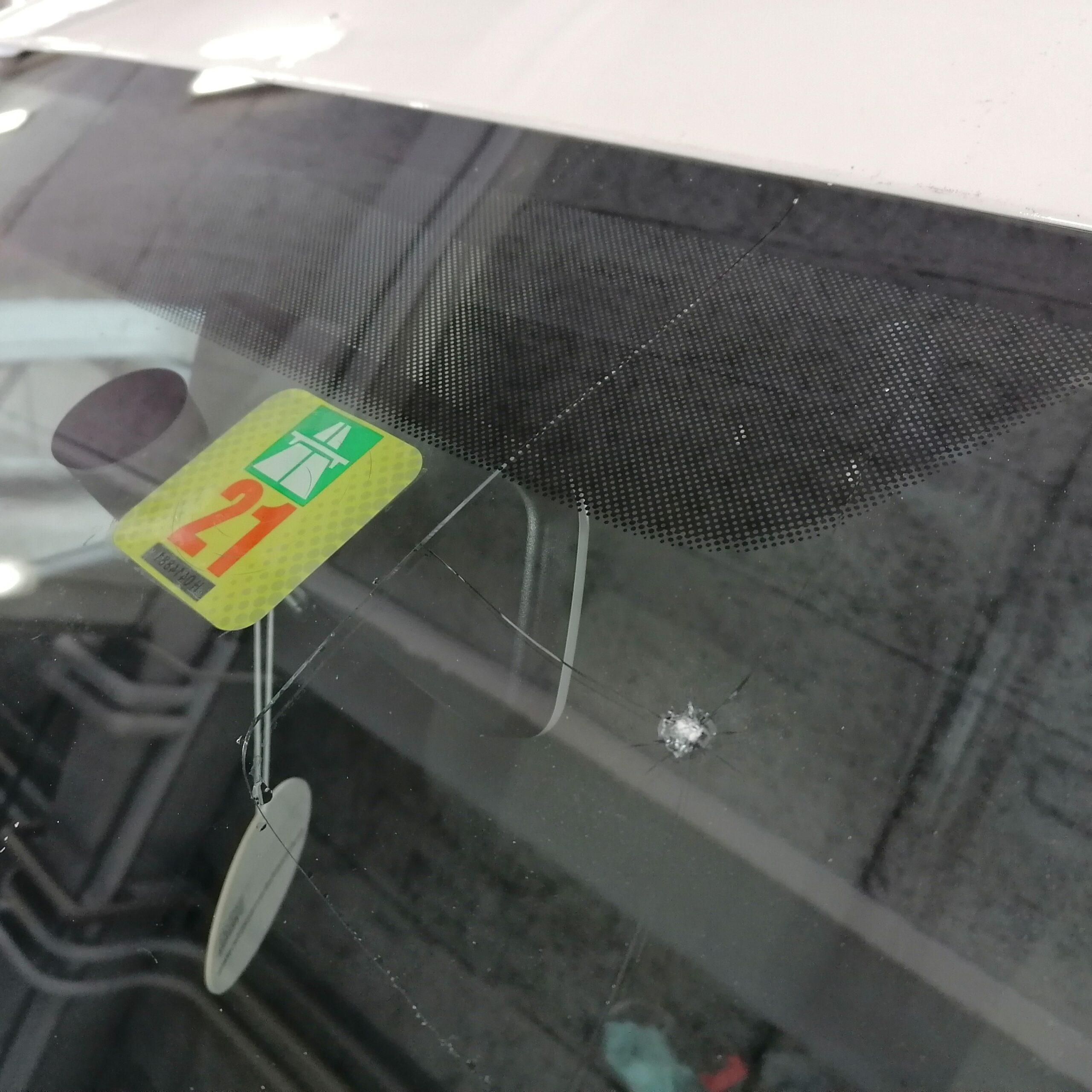 Steinschläge oder andere Beschädigungen an Fahrzeugscheiben beheben wir nach Herstellervorschriften.