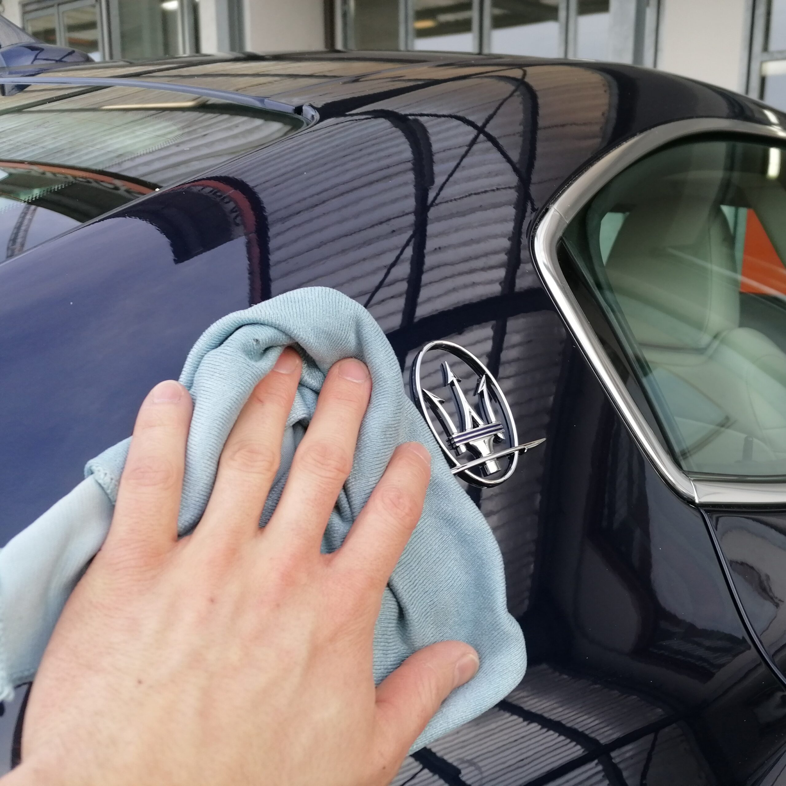 Durch Polieren lassen wir dein Fahrzeug in neuem Glanz erstrahlen.